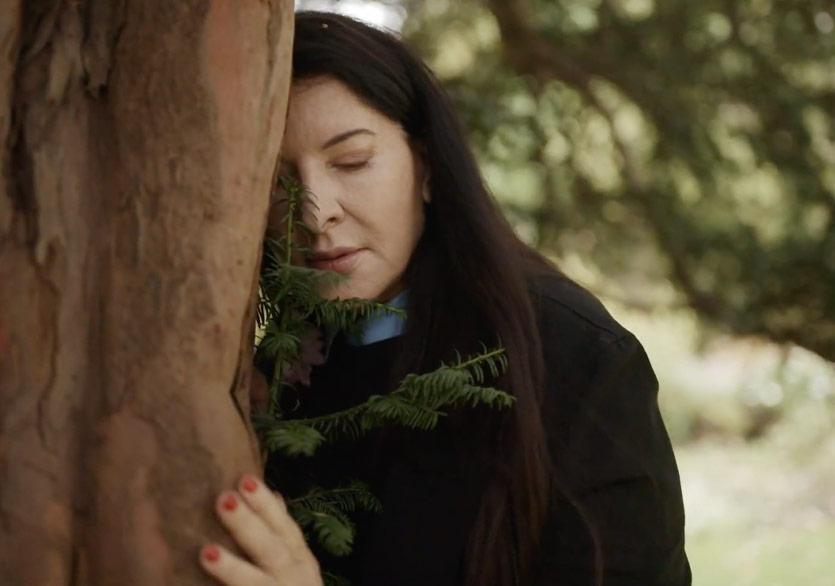 Marina Abramovic, 2020'yi Ağaçlara Şikâyet Etmemizi İstiyor
