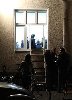 """""""Ya şimdi ya da hiç!"""" Berlin'de Penceresinden Girilen Bir Sanat Mekânı"""