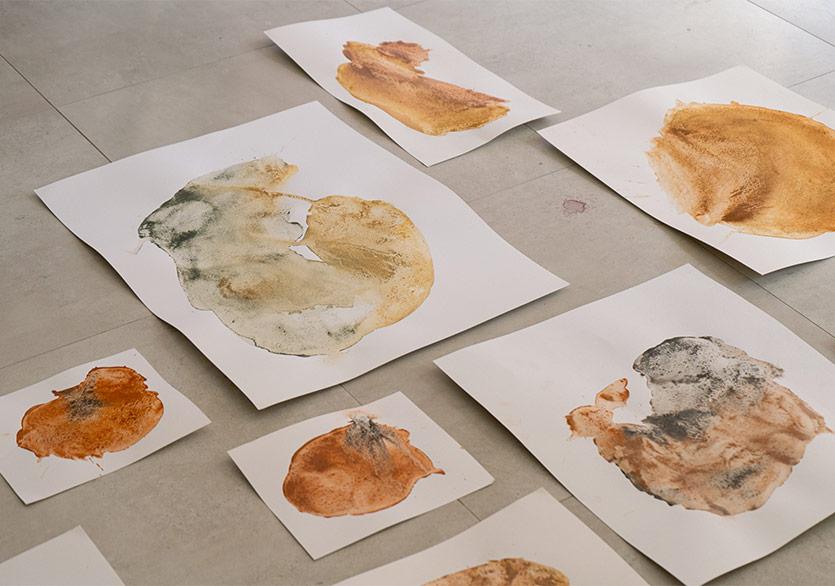 """Özge Horasan'ın Sergisi """"Dünya Kendisine Benim İçimden Bakıyor"""" KOLİ Art Space'te"""