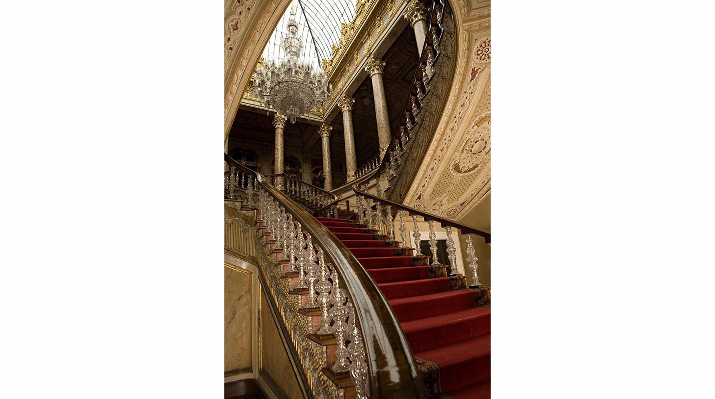 Arka Oda Toplantısı: Dolmabahçe Sarayının İnşa Süreci, Mekânları ve Teşkilatı