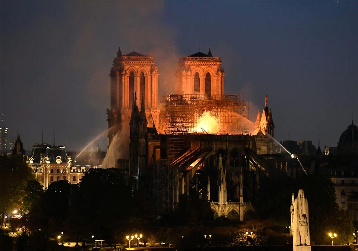 Notre-Dame de Paris Katedrali'nde Yangın