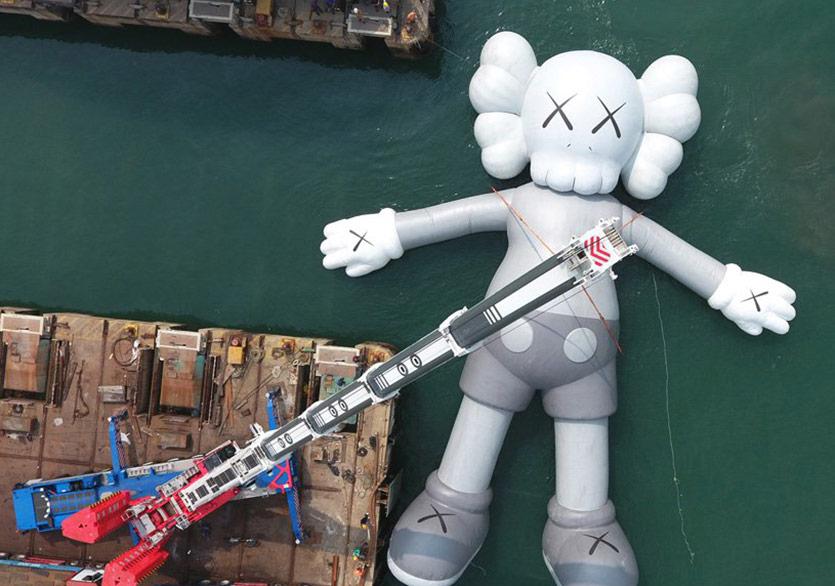 KAWS'ın İkonik Karakteri Companion Kıyıya Taşındı