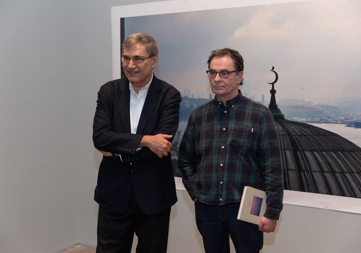 """Orhan Pamuk'un """"Balkon Fotoğraflar"""" Sergisi Ziyarete Açıldı"""