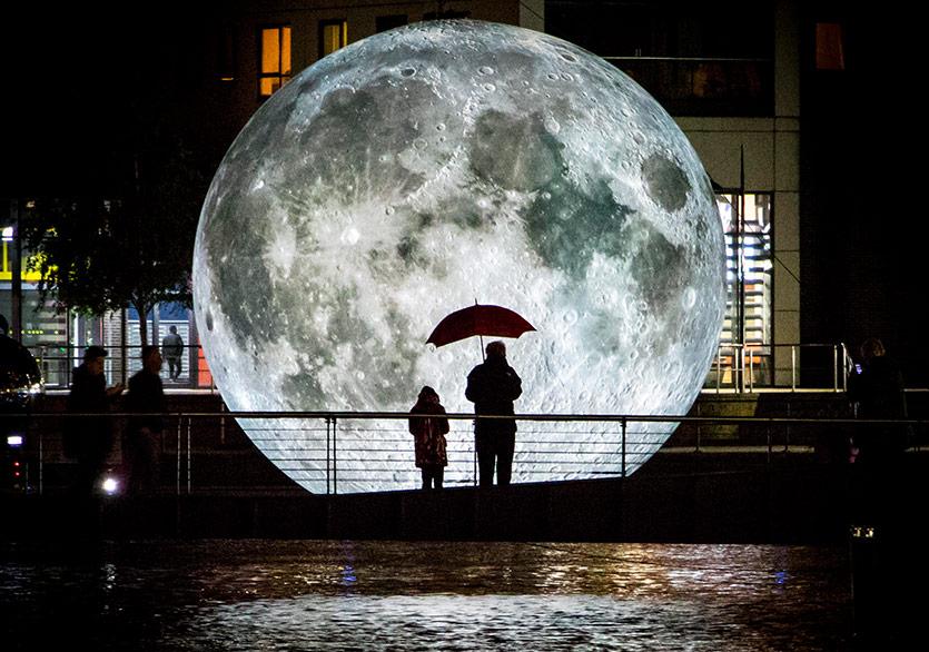 Ay Feriye'de Süzülüyor
