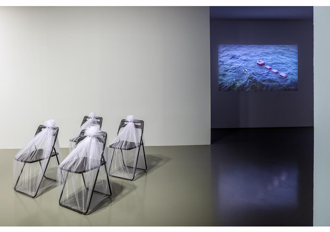 """Füsun Onur, """"Aynadan İçeri"""", 2014 Sergiden yerleştirme görüntüsü: """"Herhangi Bir İskemle"""", (1991) 2014; """"Pembe Bot"""", 2014 (taslak: 1993) Fotoğraf: Murat Germen"""