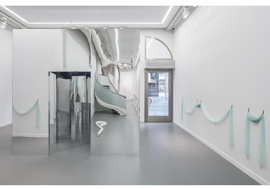 """Füsun Onur, """"Aynadan İçeri"""", 2014 Sergiden yerleştirme görüntüsü: """"Beyaz Kağıt Üzerinde Alan Ayırmak"""", 1965-66; """"İsimsiz"""", 1970; """"Merdiven"""", 2008 Fotoğraf: Murat Germen"""