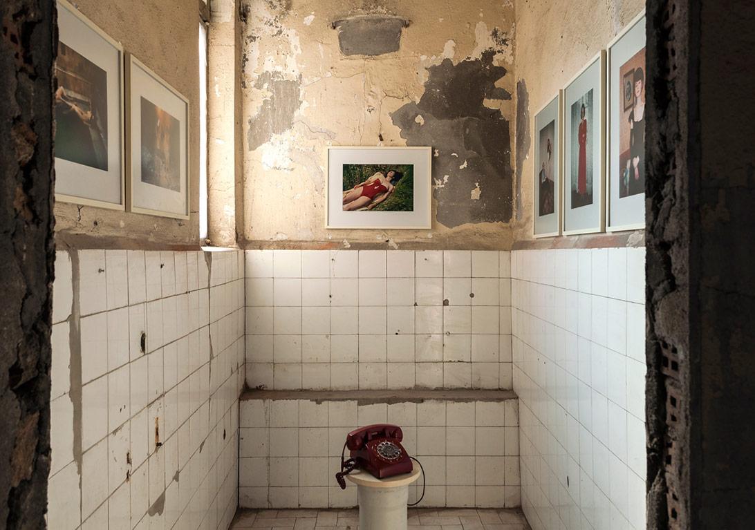 Bertien van Manen'in yetimhanedeki 'Yüz Yaz, Yüz Kış' ve 'Gitmeden Oturalım' sergilerinden genel görünüm [Fotoğraf: Korhan Karaoysal]