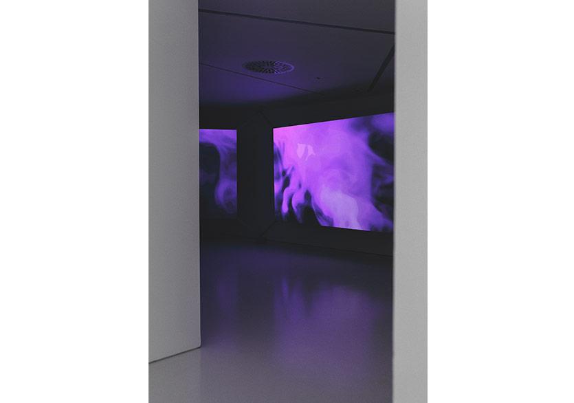 Mika Tajimaİnsan Sentezi (İstanbul) 2018Özel üretilmiş his tahmin eden analiz programı, oyun motoru, Alienware sanal gerçeklik bilgisayarı, Twitter akış uygulaması, ekranlar, deri, paslanmaz çelik zindan halkaları ve projeksiyon Video, renkli; sonsuz uzunluktaSanatçının ve Taro Nasu'nun (Tokyo) izniyle