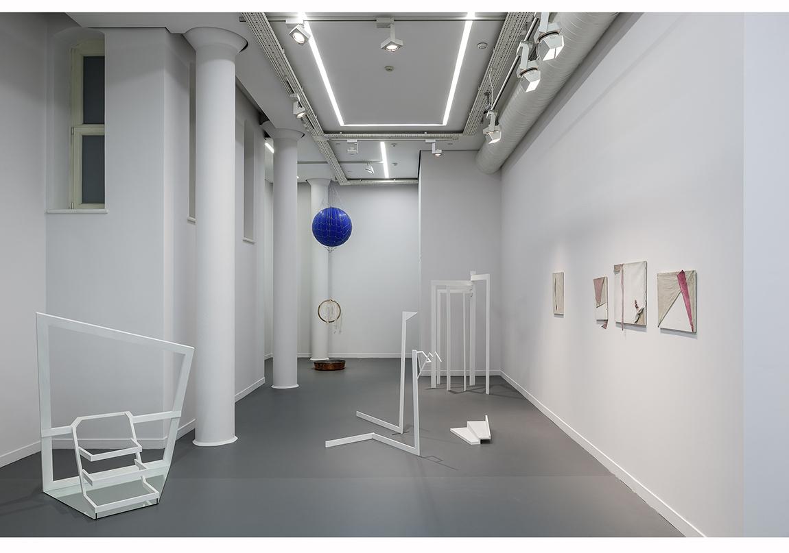 """Füsun Onur, """"Aynadan İçeri"""", 2014 Sergiden yerleştirme görüntüsü, giriş katı Fotoğraf: Murat Germen"""