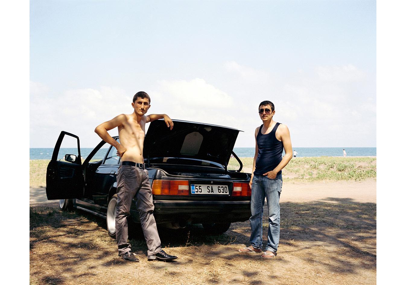 Arabalarının önünde poz veren iki adam, Samsun © Mathias Depardon