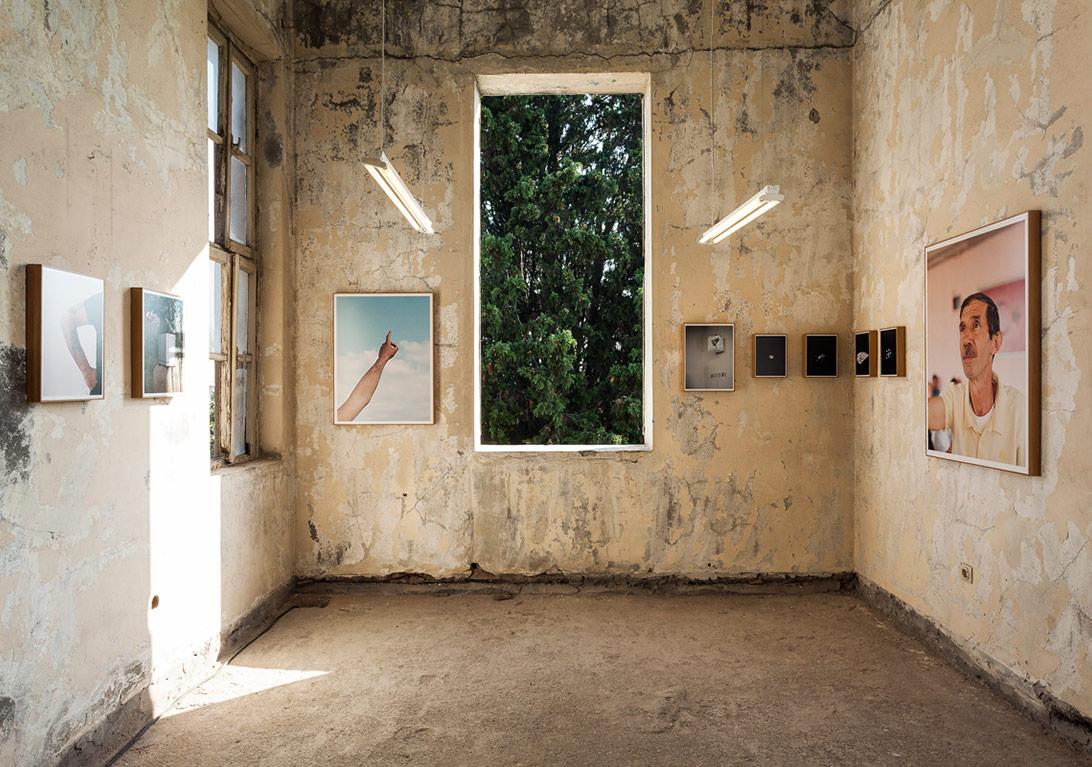 Cemre Yeşil ve Maria Sturm'un yetimhanedeki 'Kuşların Hatrına' sergisinden genel görünüm [Fotoğraf: Korhan Karaoysal]