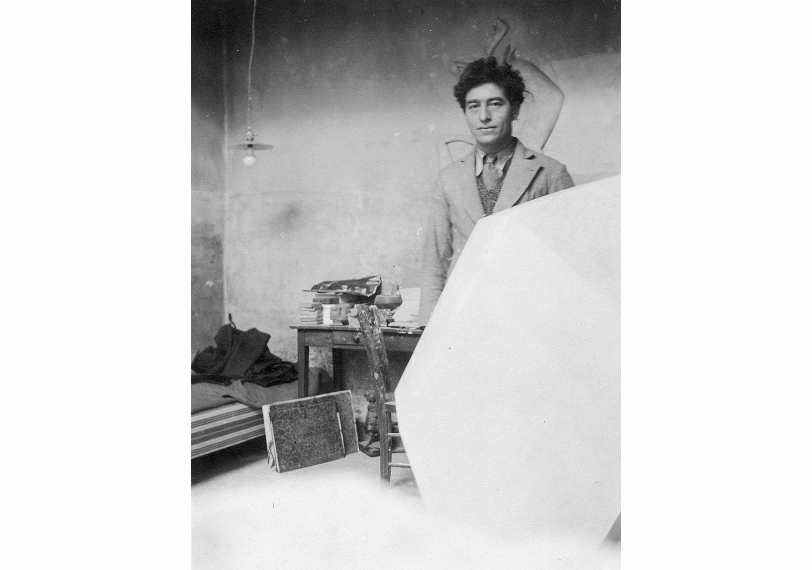 Giacometti atölyesinde alçıdan Küp heykeli ile, Paris, 1933'ten sonra / Giacometti in his studio with the plaster sculpture Cube, Paris, after 1933 Fotoğraf / Photo: Anonim / Anonymous Giacometti Vakfı Arşivi / Giacometti Foundation Archive © Estate Giacometti (Fondation Giacometti + ADAGP) Paris, 2015