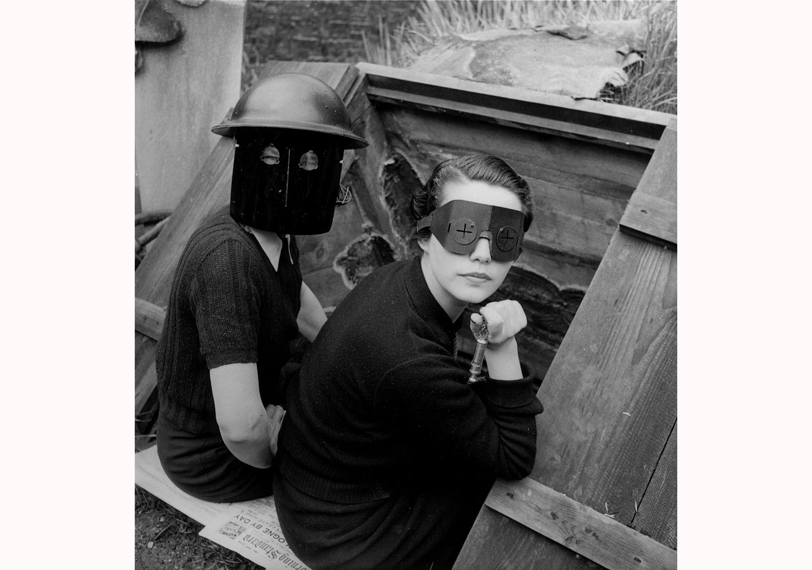 Lee Miller, Ateş maskeleri, Londra, İngiltere, 1941 ©LeeMillerArchives, İngiltere, 2015