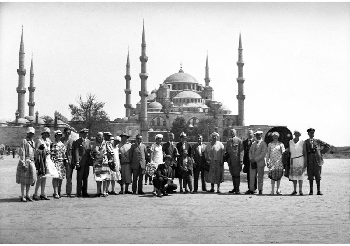 Sultanahmet Meydanı'nda Turistler, 1920'ler, Cam negative, Suna ve İnan Kıraç Vakfı Fotoğraf Koleksiyonu.