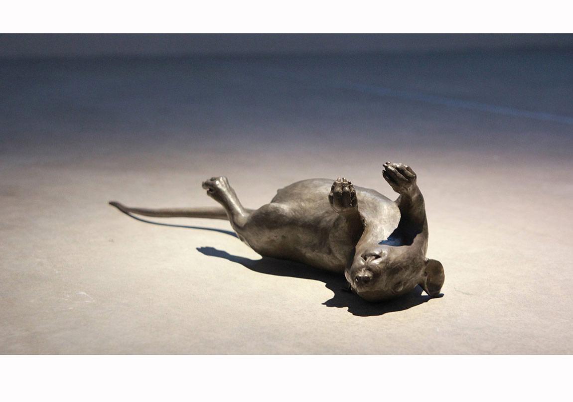 """""""Esteban"""", 2012, Yerleştirme, Gri patine edilmiş bronz heykel ve rotoskopik animasyon, Foto: Arda Ülgen, Borusan Müzik Evi."""