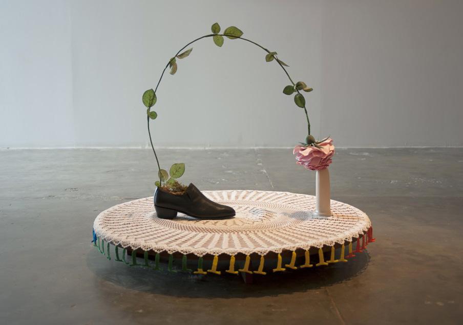 Rose of Sapatão, 2014Draht, Bänder, Modelliermasse, einzelner Männerschuh Größe 41, Keramik, Spitzenarbeit