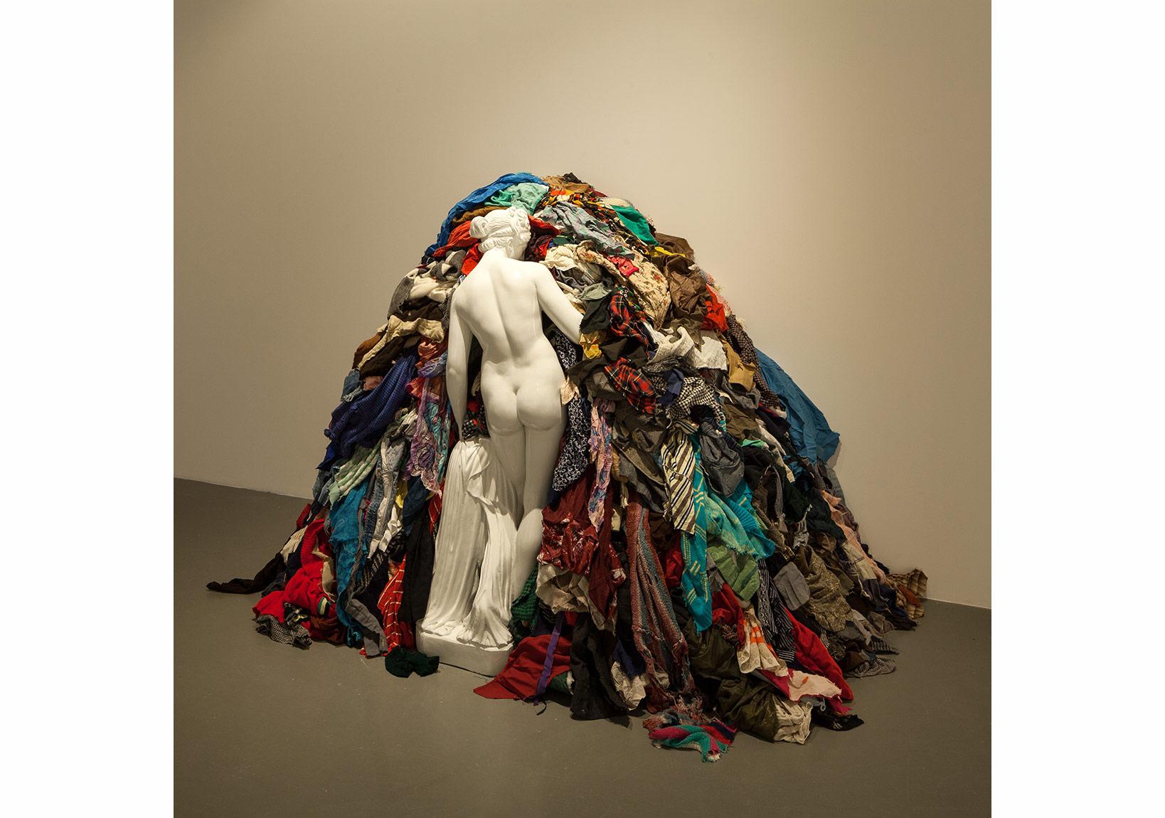 Michelangelo Pistoletto, Venus of the rags, Venegle degli stracci, 1967-1974, Marble and textiles, 2120x3400x1100 mm phot: Sahir Uğur Eren
