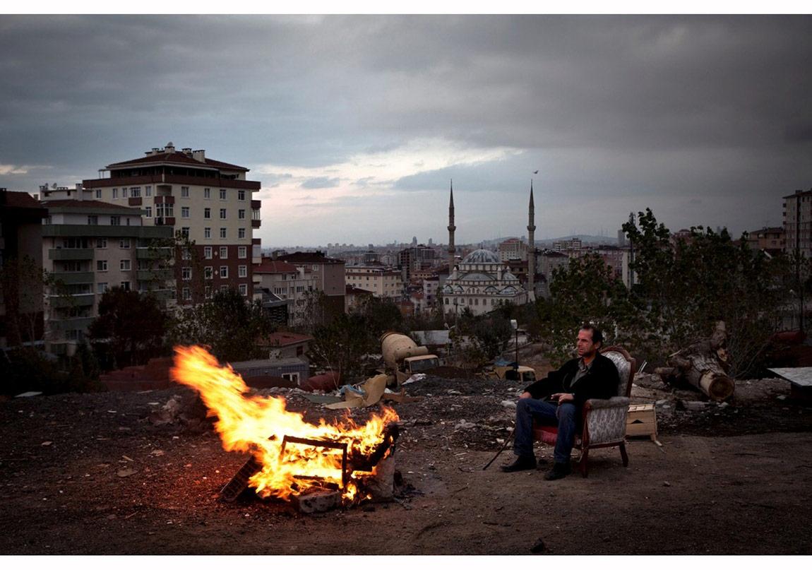 Eren Aytuğ Istanbul, 24.10.2012 Tektipleşen kent görsellerinin ötesine geçerek sahici bir kent manzarası ortaya koymayı amaçlayan Nar Photos fotoğrafçıları, Ocak 2012 - Mart 2013 tarihlerinde İstanbul'un periferisini fotoğrafladı.