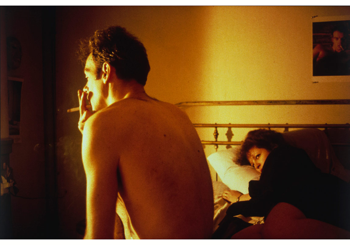 Nan ve Brian yatakta, New York City, 1983 © Nan Goldin. The Museum of Modern Art, New York izniyle. (Jon L. Stryker'in cömert bağışıyla satın alınmıştır)