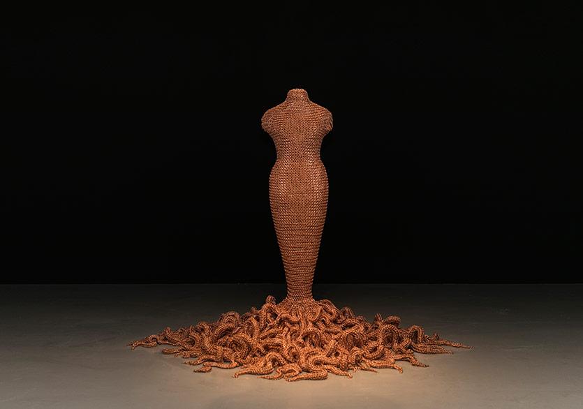 ©Nazlı Erdemirel-Medusa, 2014-15Fiberglas ve çelik iskelet üzerine el yapımı bakır örme zincir Handmade copper chain mail over fiberglass and steel armature 182x243x243cm.