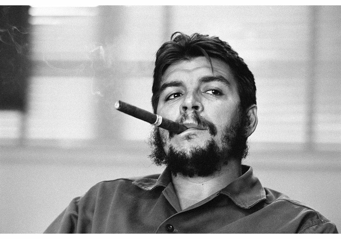 © René Burri/Magnum Photos,Havana, Küba, 1963. Arjantin doğumlu Küba Endüstri Bakanı Ernesto 'Che' Guevara, çalışma ofisinde verdiği özel söyleşi sırasında.