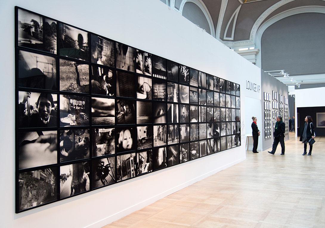 PRISMES bölümünde yer alan Daido Moriyama'nın 'Farewell Photography' (Hoşçakal Fotoğraf, 1972) serisinden genel görünüm, Akio Nagasawa & Jean-Kenta Gauthier, Salon d'Honneur, Grand Palais [Fotoğraf: © Marc Domage/Paris]