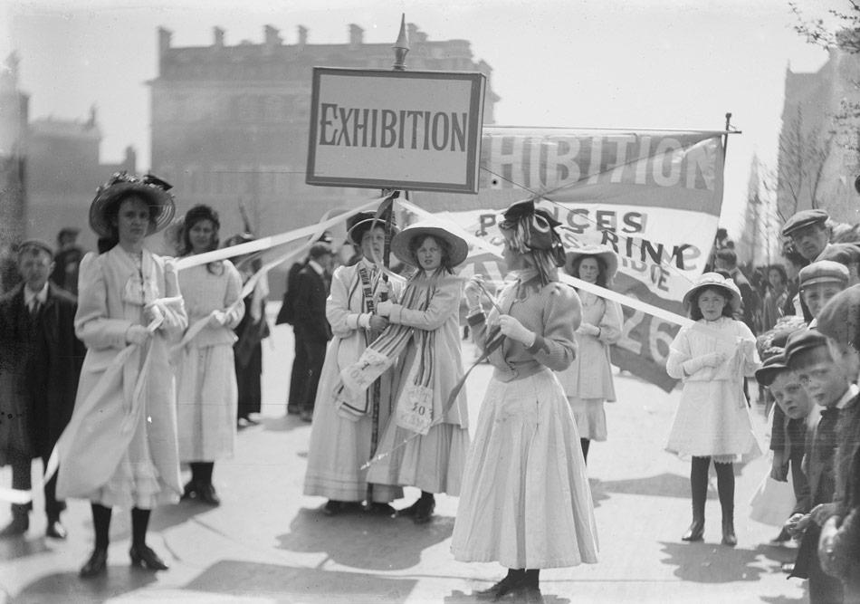 Christina Broom (1862-1939), Kadınların oy verme hakkını savunan genç kadınlar, Knightsbridge Kadınlar Sergisi, Londra, Mayıs 1909 © Christina Broom/Museum of London