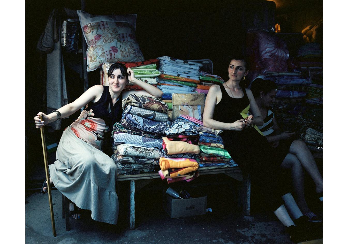 Pazardaki tezgâhlarında iki kadın, Zugdidi, Gürcistan © Mathias Depardon