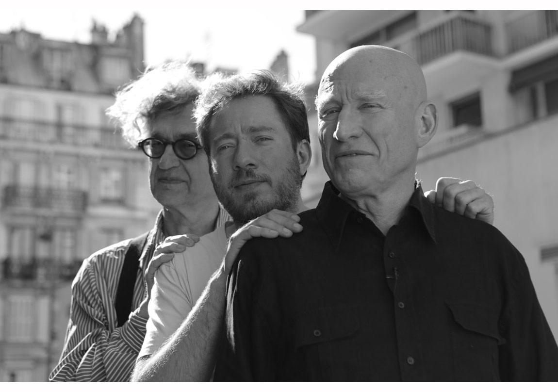 Sebastião Salgado ile filmin yönetmenleri Wim Wenders ve Juliano Ribeiro Salgado bir arada © 2015, Sony Pictures Classics