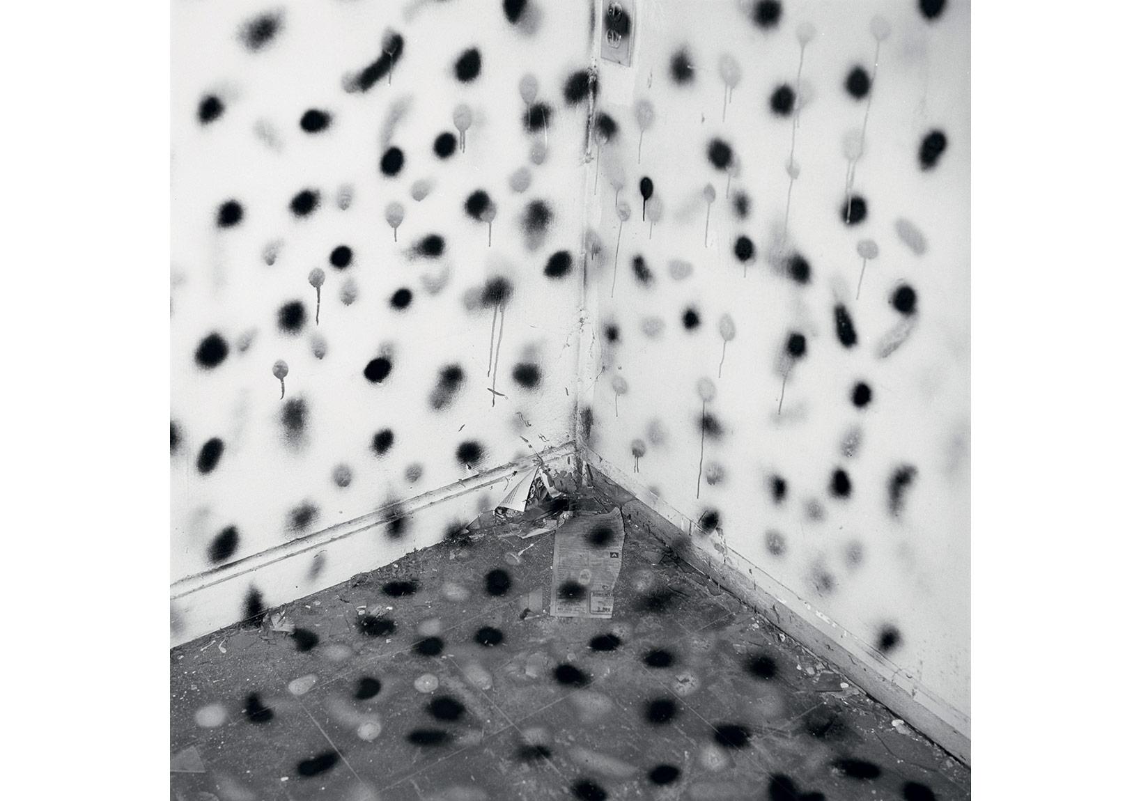 'Vandalizm', 1973-1974 © John Divola, Gallery Luisotti (Santa Monica, Kaliforniya) izniyle