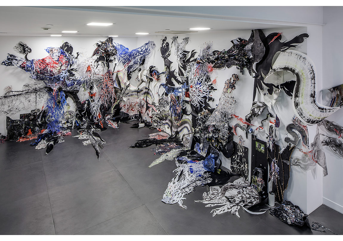 Nadja Schollhammmer, Ruh Açıcı 2015,Kesilmiş ve koparılmış kağıtlar, çizimler, dergi ve poster parçaları, karton, tutkal, silicon, akrilik boya, çini mürekkebi, suluboya, pastel boya ,270 x 800 x 440 cmFotoğraf: Murat Germen
