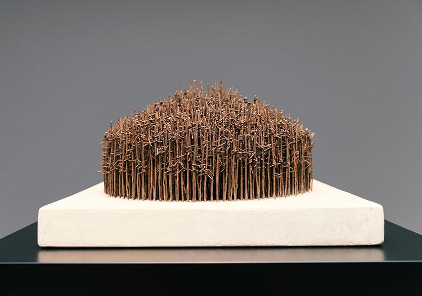 ©Nazlı Erdemirel -Tahkimat Çiti / Palisade, 2015Geri kazanılmış askeri dikenli tel, suni Portland taşıReclaimed military barbed wire, composite Portland stone 35x60x60cm.