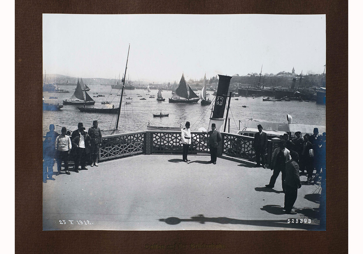"""""""Yeni Galata Köprüsü - Açılış Hatırası""""; Sebah & Joaillier, 25 Mayıs 1912. Ömer M. Koç Koleksiyonu."""