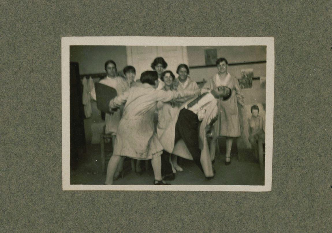 Sabiha Bozcalı, İstanbul'daki Devlet Güzel Sanatlar Akademisi'nde arkadaşlarıyla, takribî 1929SALT Araştırma, Sabiha Rüştü Bozcalı Arşivi