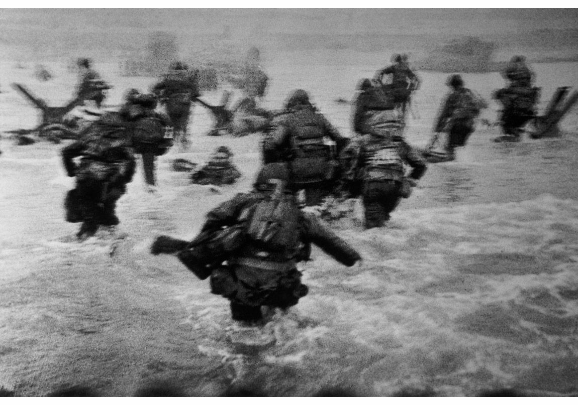 Robert Capa © International Center of Photography,Normandiya, Fransa, 6 Haziran 1944. D-Day çıkartmaları sırasında Omaha Plajı'na taarruz eden ABD askerleri.