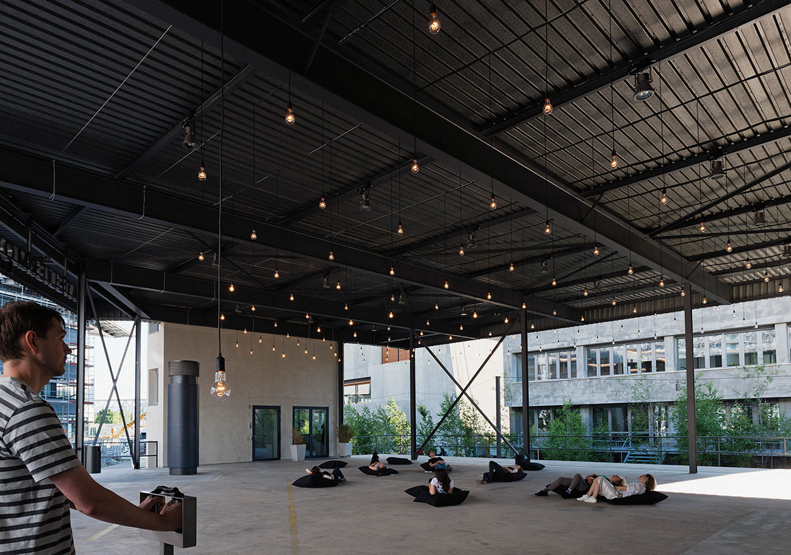 "Rafael Lozano-Hemmer, ""Pulse Room"", 2006.Gösterildiği yer: Rafael Lozano-Hemmer: Preabsence, Haus der Elektronischen Künste Basel, Basel, Switzerland, 2016.Fotoğraf: Franz J. Wamhof."