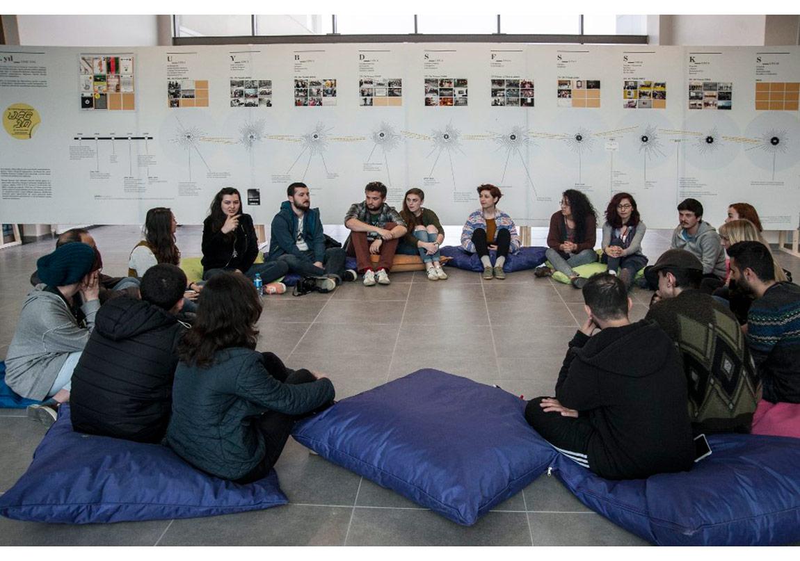 UFG'nin sonunda 'Zaman Çizelgesi' önünde gerçekleşen forum