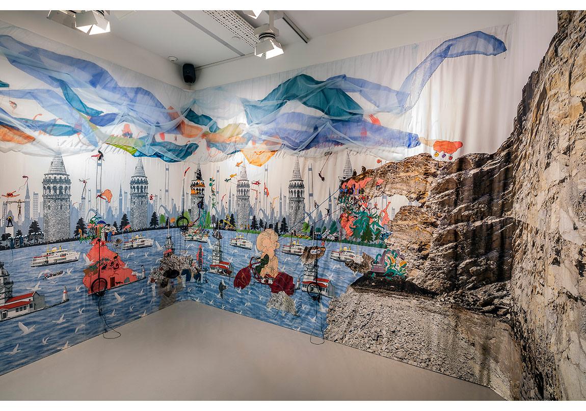 Gözde İlkin,Boğaz Turu | Bosphorus Tour, 2014–2015,Kumaş üzerine baskı, dikiş ve boya, ses düzenlemesi,282 x 1220 cmSes | Sound: Ah! KosmosFotoğraf: Murat Germen