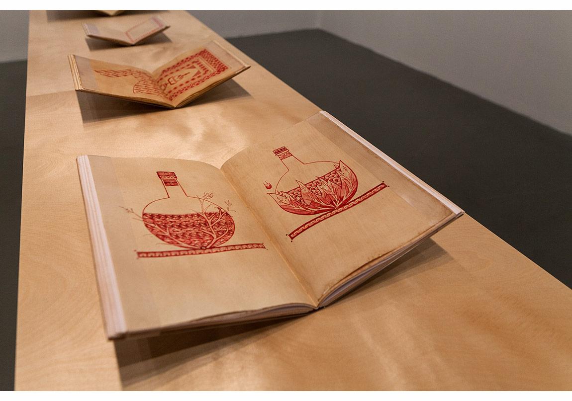 Red/Red (Kırmızı/Kırmızı) Eskitilmiş kağıtlar ve eskitilmiş el yapımı defterler üzerine Ermeni ve Türk kırmızısı, Photo: Sahir Uğur Eren