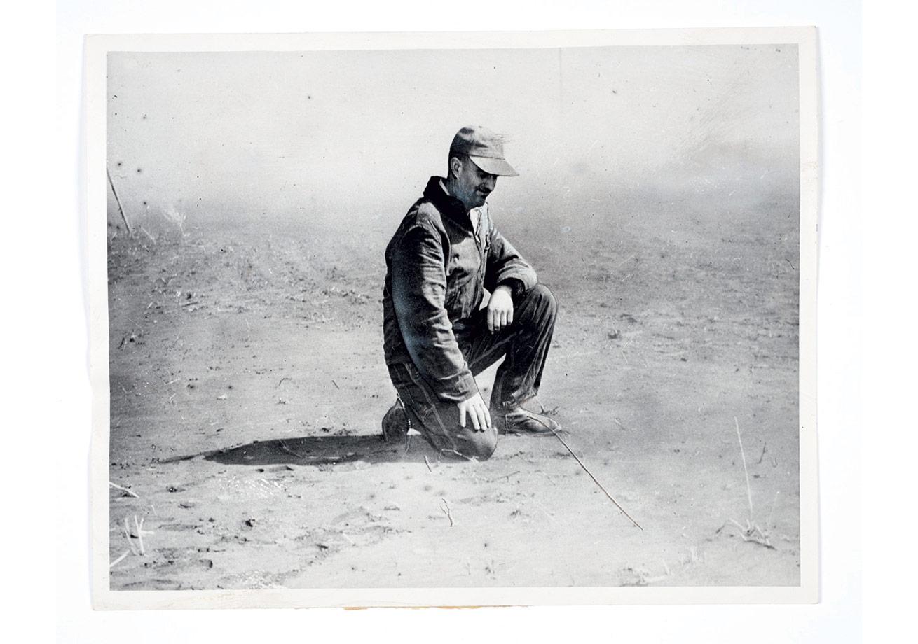 'Parmak izi, özel bir pudra ile tozlandığında görünür hale gelir', 7 Kasım 1923, Basında yayımlanmış bir fotoğraf, Fotoğrafçısı bilinmiyor