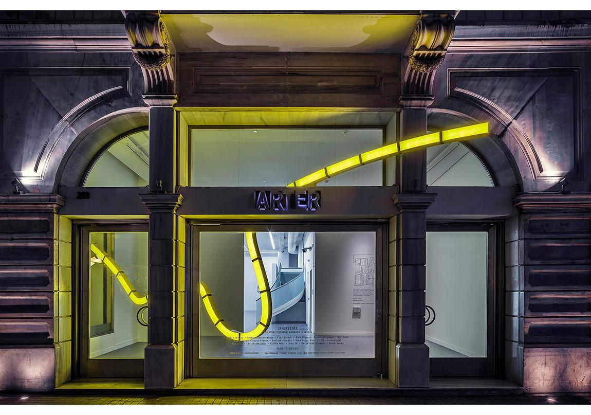 """Hans Peter Kuhn,""""noktalı çizgi üzerinden kesiniz…"""" (2015),Mekâna özgü ışık yerleştirmesi, Arter, 2015Boyalı metal üzerine akrilik kapak, LED ışıklar,3,18 x 9,10 x 0,13Sanatçının izniyleFotoğraf: Murat Germen"""