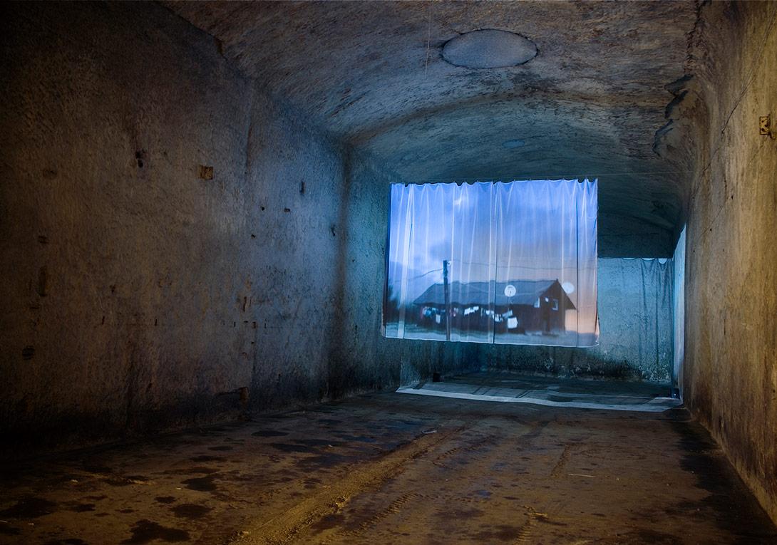 Rüya EviŠejla KamerićRüya Evi, 2002SD video yerleştirmesi, renkli, sesliBeyaz tül perdeye projeksiyon; sonsuz döngü11'36''Yerleştirme görüntüsü: OK Center for Contemporary Art, Linz, 2002