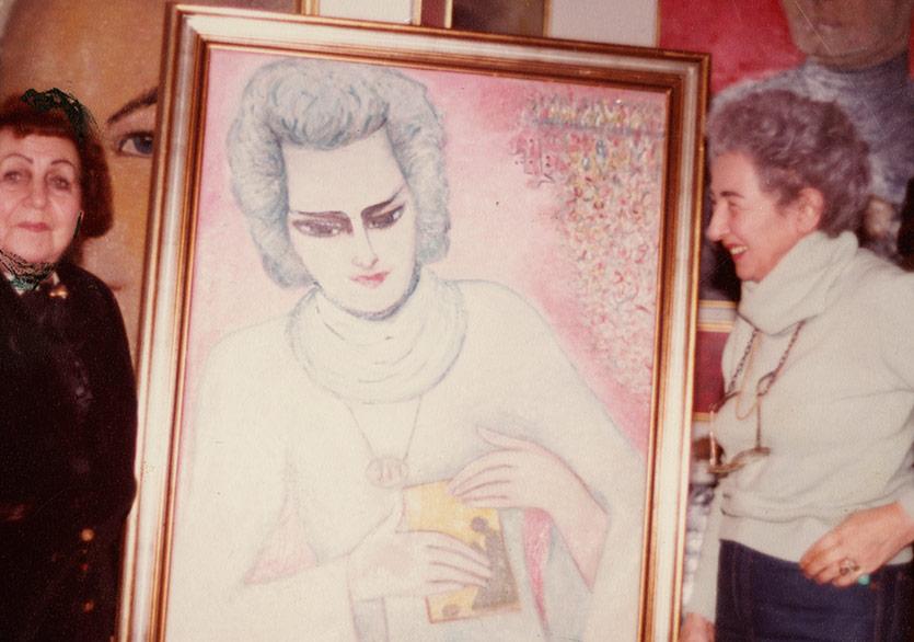 Füreya Koral ve ressam teyzesi Fahrelnissa Zeid Amman'da Zeid'in Füreya portresi ile (1980ler) Fotoğraf:Sara Koral Aykar Arşivi