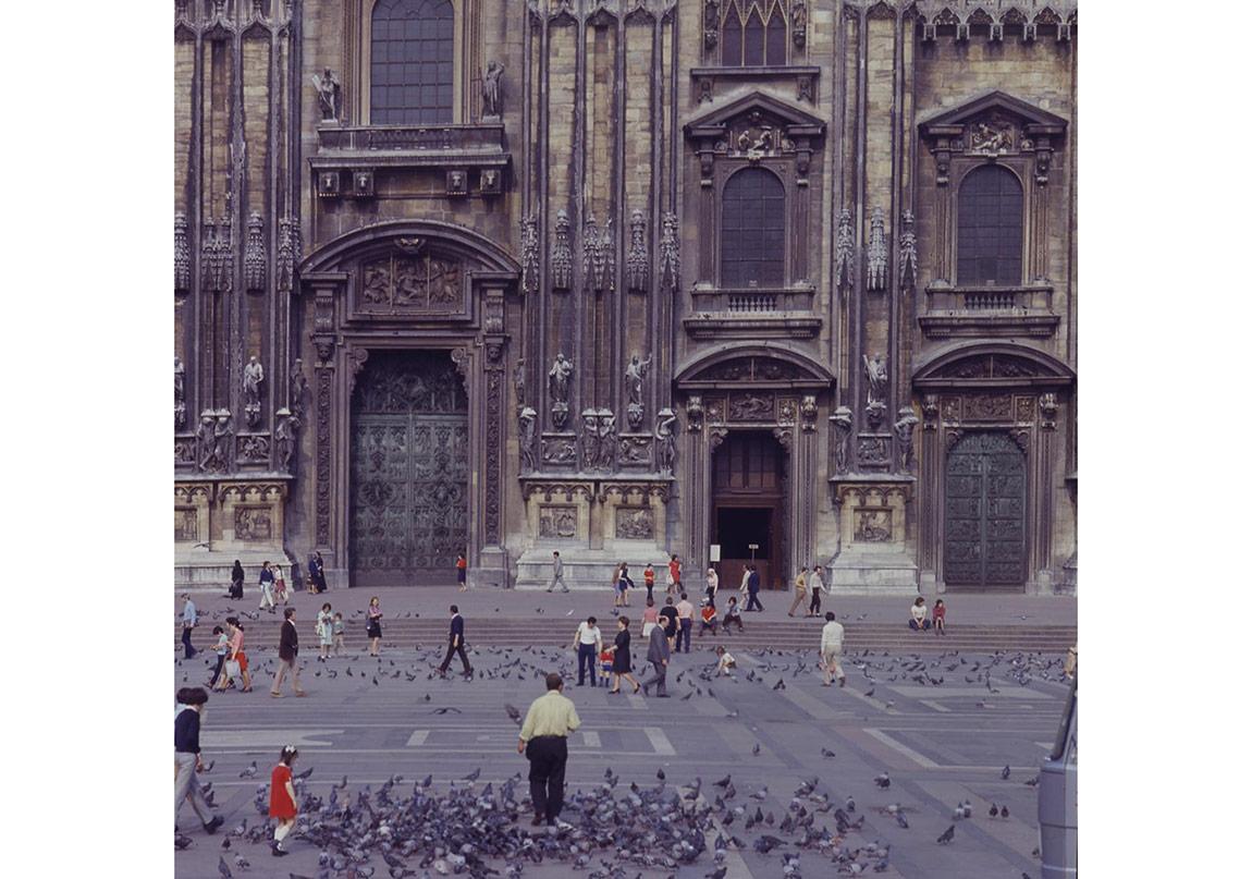 Gianni Berengo Gardin, Milan. Piazza Duomo, circa 1970, slide, 6x6 cm, inv. GBG 1