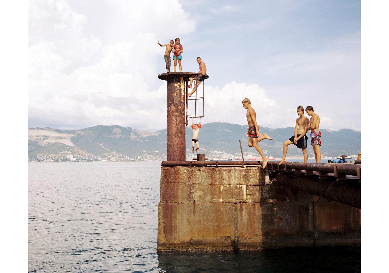 Novorossisk limanı yakınlarında Karadeniz'e dalan gençler, Rusya © Mathias Depardon