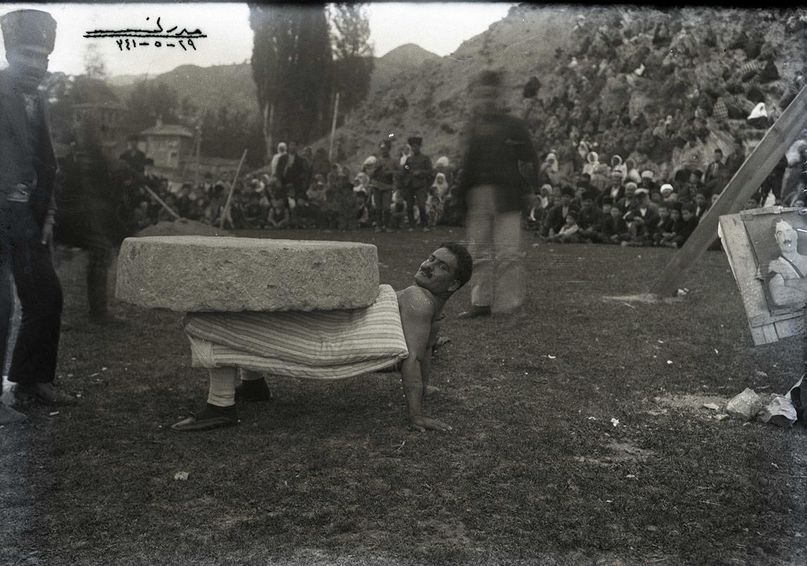 Raşit Pehlivan'ın Beşkavak'ta taş kaldırma gösterisi, 29 Mayıs 1925