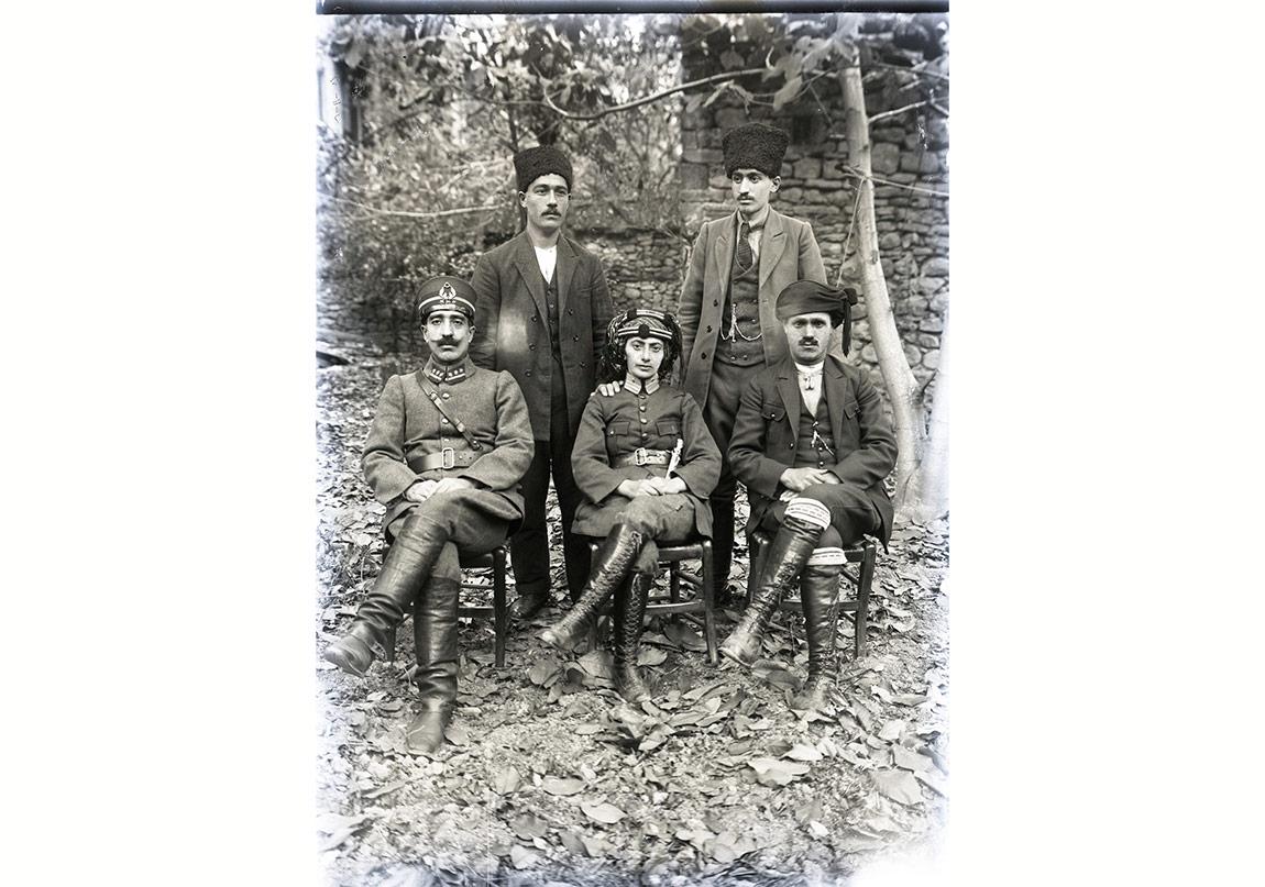 Kara Fatma Seher Erden, Jandarma Komutanı ve Kırgözler ailesi ile, 6 Kasım 1924