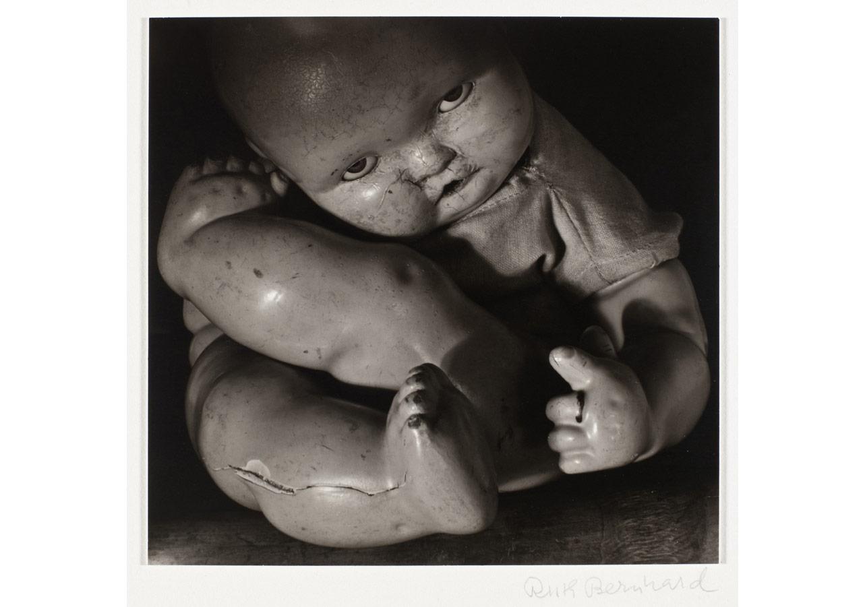 Ruth Bernhard (1905-2006), Oyuncak bebek, 1938, baskı tarihi 1974 (Ruth Bernhard Archive, Princeton University Art Museum izniyle çoğaltılmıştır) © Trustees Princeton University © Dijital görüntü: Museum Associates/LACMA/Art Resource NY / Scala, Floransa