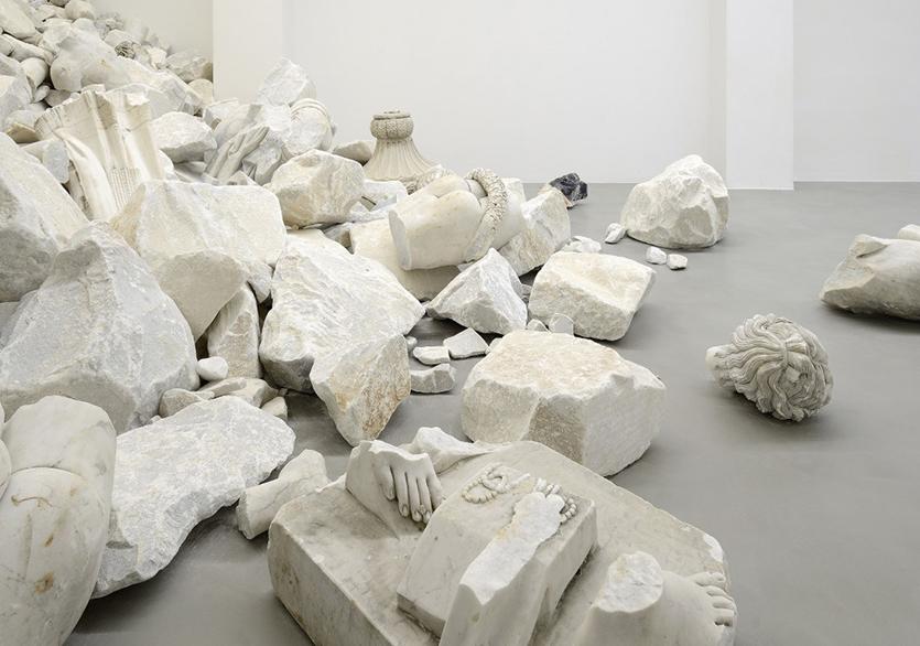 Mermer Detritus, Fabio Viale'nin Anıtsal Yerleştirmesinde Yeni Anlamlar Kazanıyor