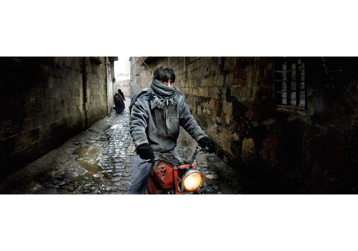 Nuri Bilge Ceylan, Motosikletli Genç - Motorcycle Boy, Urfa, 2004
